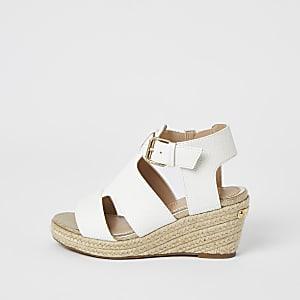 Weiße Riemchen-Sandalen mit Keilabsatz