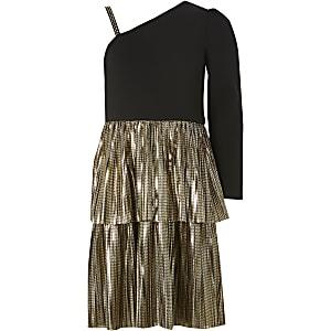 Zwarte gelaagde jurk met ruches en een blote schouder voor meisjes