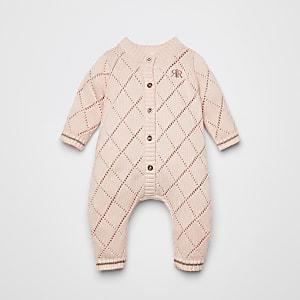 Pinker Strick-Strampler im Pointelle-Stil für Babys