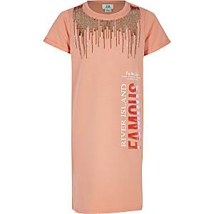 Koraalkleurige verfraaide T-shirtjurk met 'Famous'-tekst voor meisjes