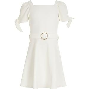Robe patineuse blanche avec manches nouées et ceinture pour fille