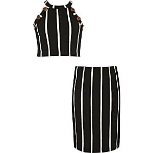 Schwarzes Outfit aus Crop Top und Rock mit Streifen