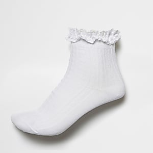 Weiße gerüschte Sneakersocken