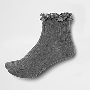 Chaussettes grises à volant en dentelle
