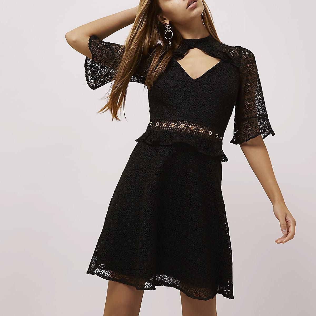 Zwarte getailleerde kanten jurk met ruches