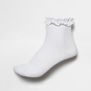 Witte gebreide sokken met ruches en kabelmotief