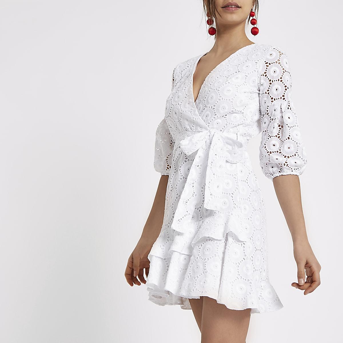 4c2983ccc0e Robe drapée blanche à broderie nouée sur le devant - Robes trapèze ...