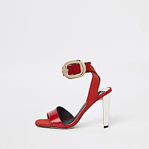 Rote Sandalen mit großer Schnalle in Gold