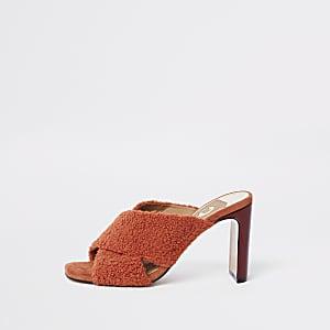 Sandales mules à brides croisées en fausse fourrure rouge
