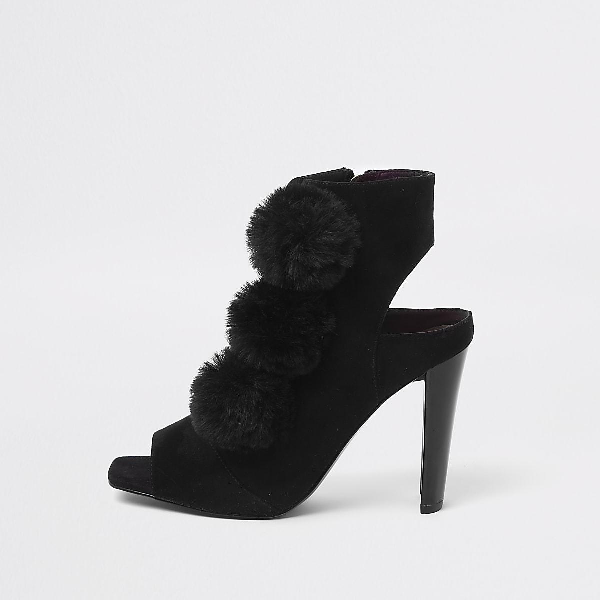 Zwarte schoenlaarsjes met open neus en pompon