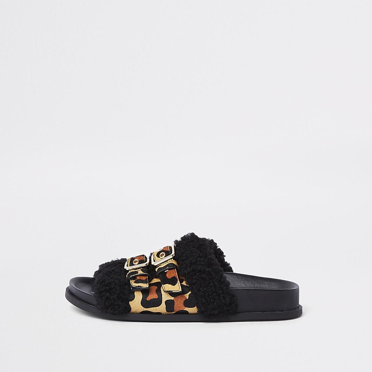 Bruine slippers met luipaardprint, gesp en brede pasvorm