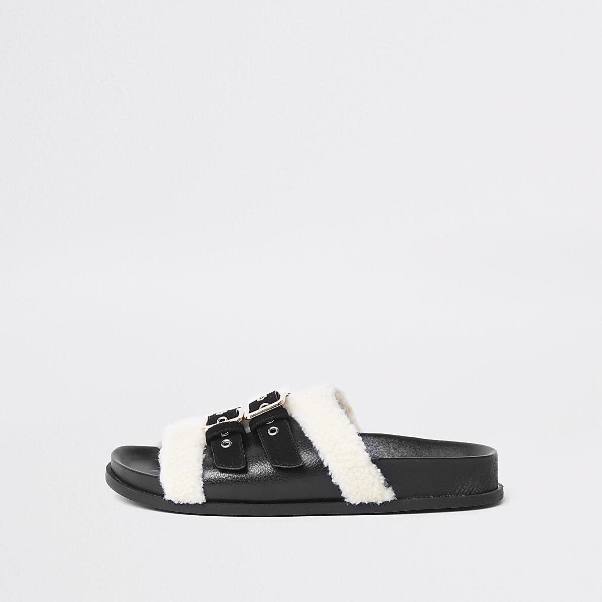 Zwarte slippers met gesp en brede pasvorm