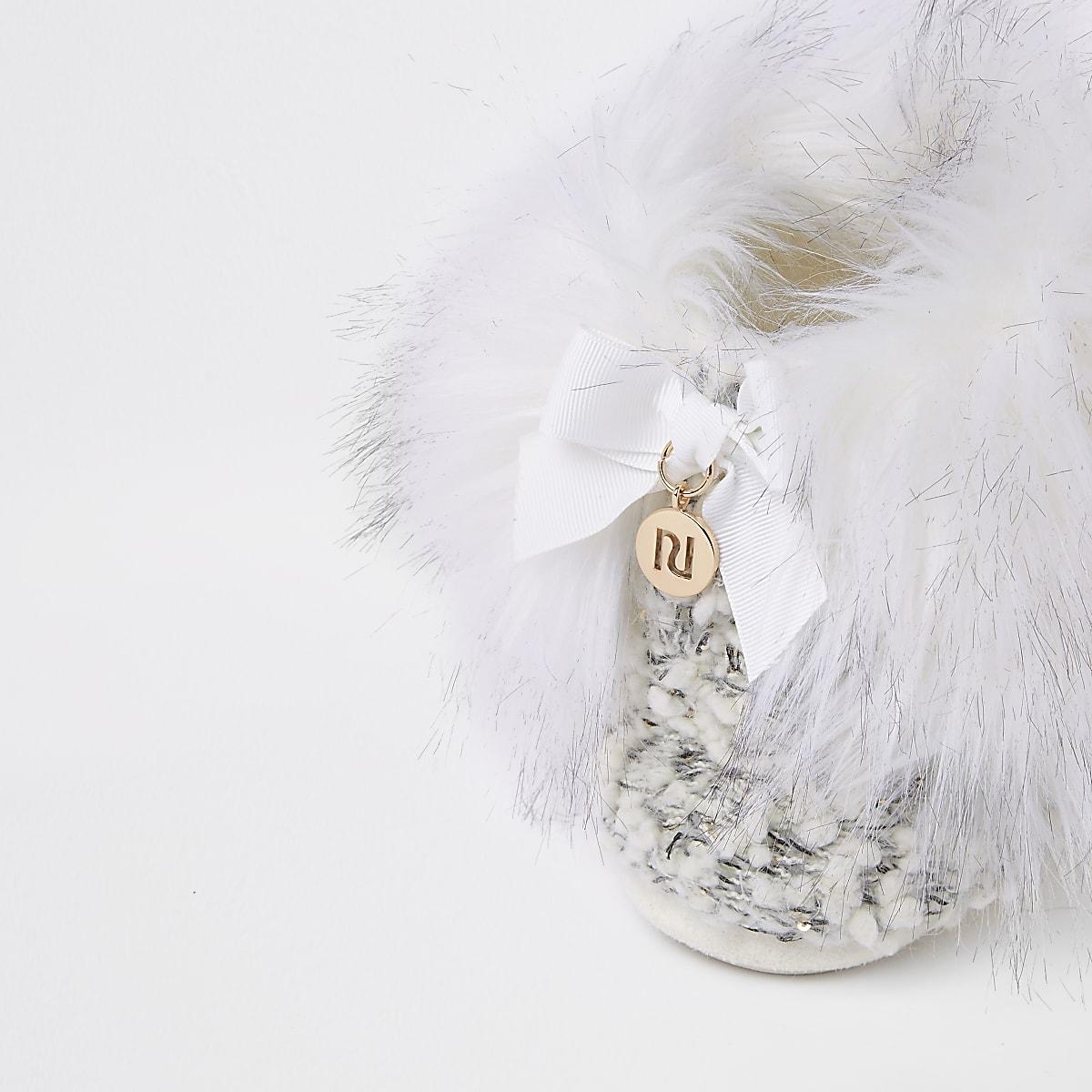 0a4a83d89ed Bottes chaussons en maille crème avec bordure en fausse fourrure ...