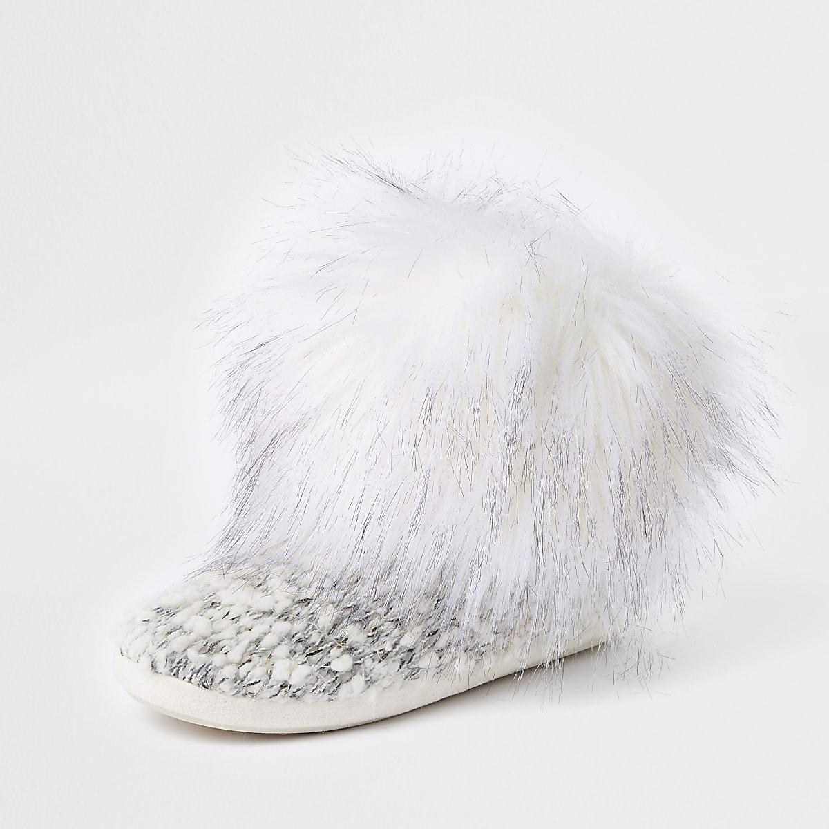 a93de338c27 ... Bottes chaussons en maille crème avec bordure en fausse fourrure ...