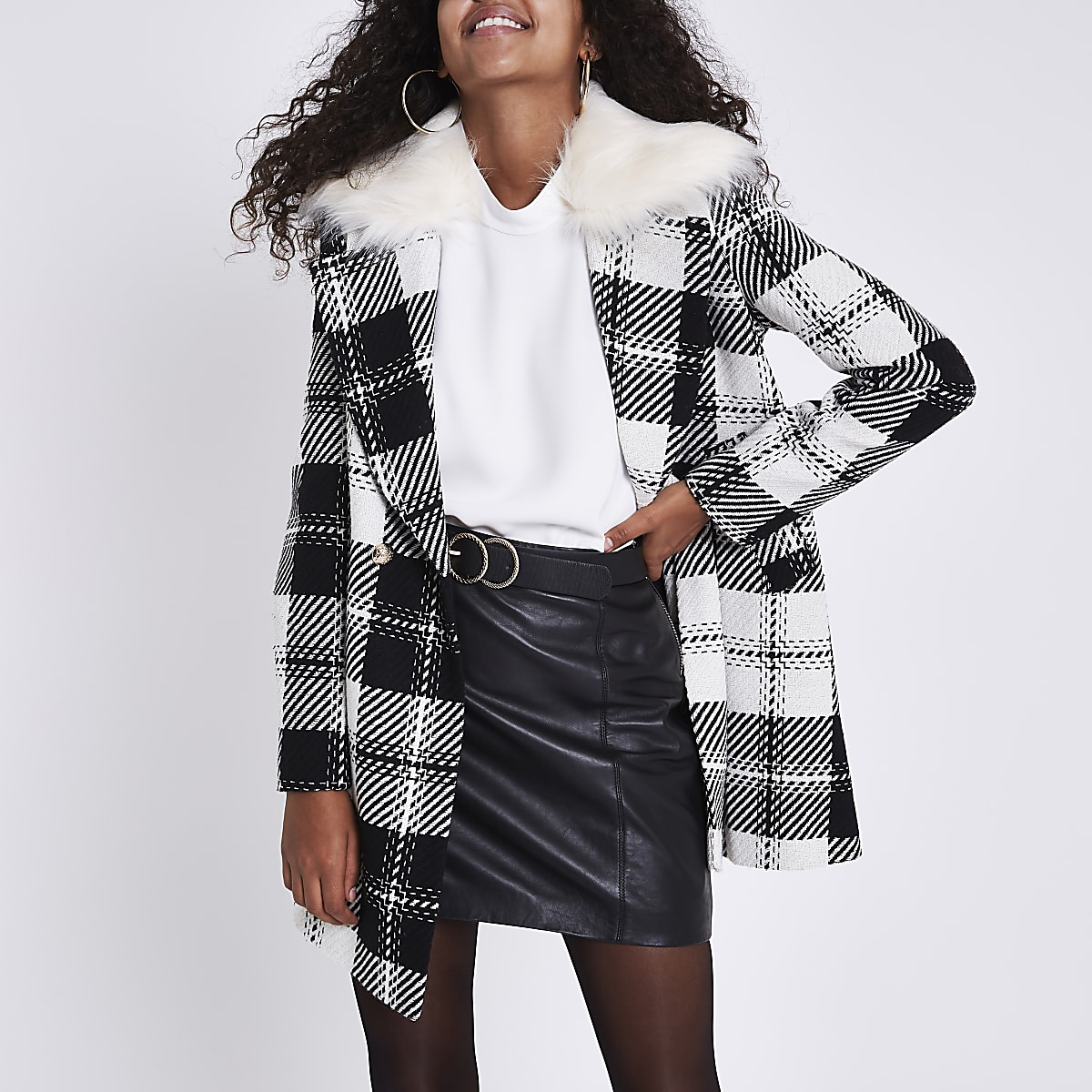 Zwarte geruite klokkende jas met kraag van imitatiebont