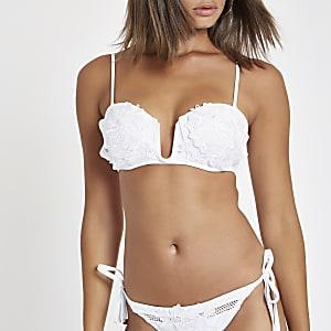 Haut de bikini blanc à décolleté plongeant avec appliqué fleuri