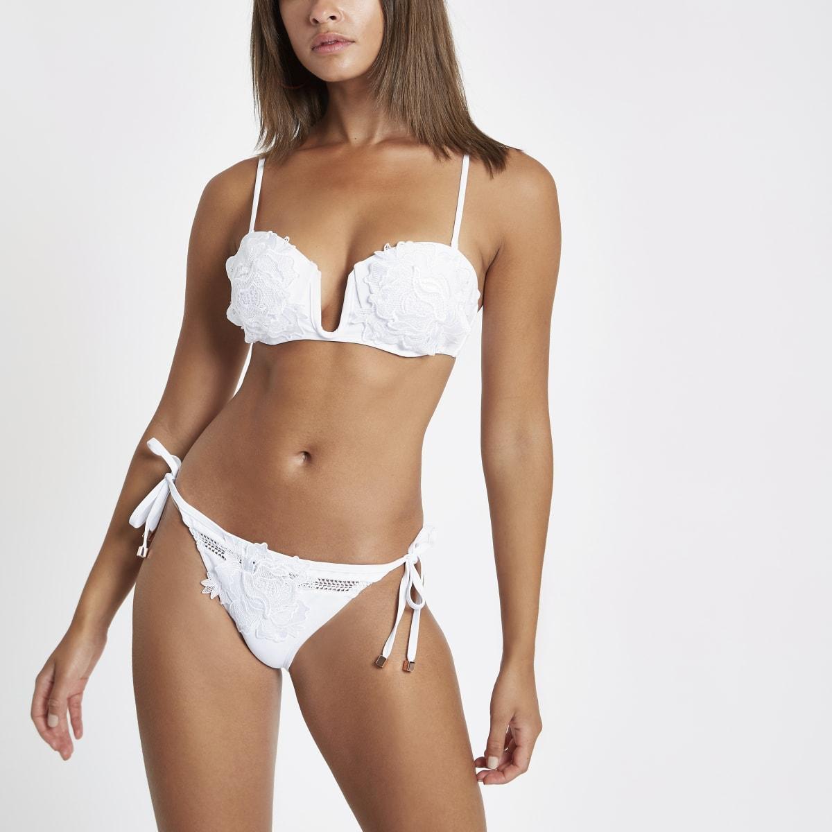 Wit bikinibroekje met zijbandjes en bloemenapplicatie