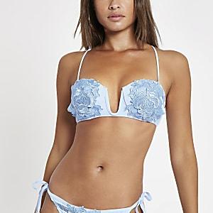Haut de bikini bleu clair à décolleté plongeant avec appliqué fleuri