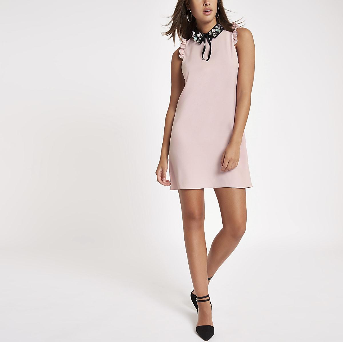 Roze mini-jurk met versierde kraag