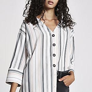Witte gestreepte blouse met knoopsluiting voor en band achter