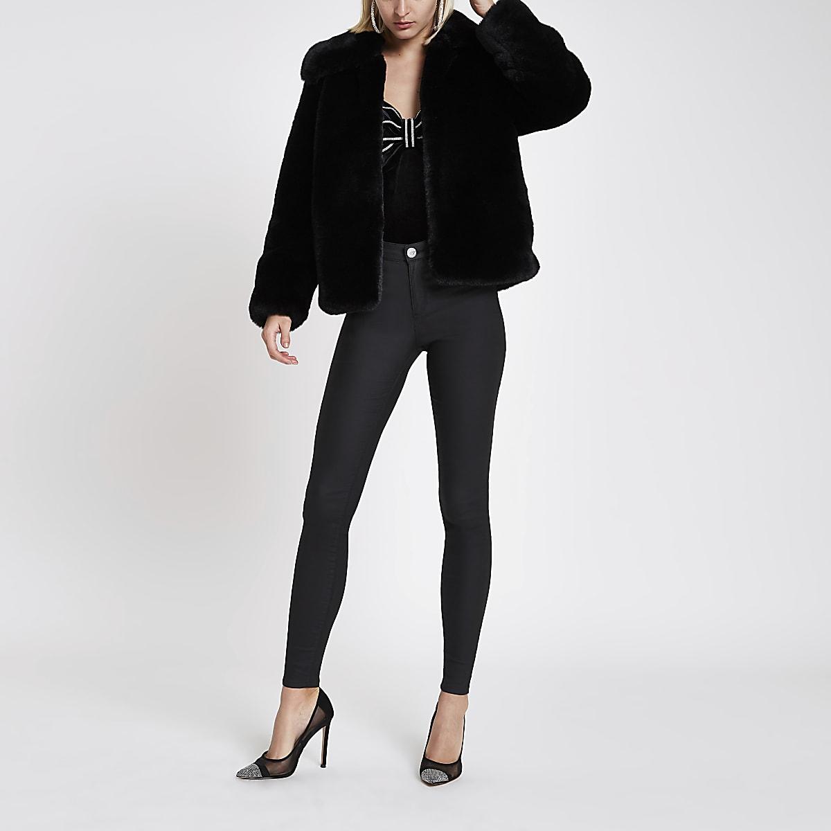 Zwarte pluizige jas van imitatiebont