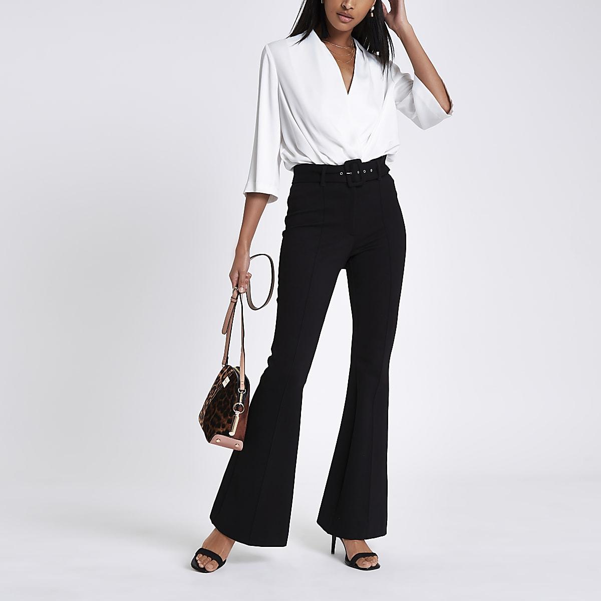 Schwarze, ausgestellte Hose mit Gürtel