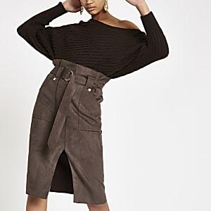 Jupe mi-longue en daim marron à taille haute ceinturée