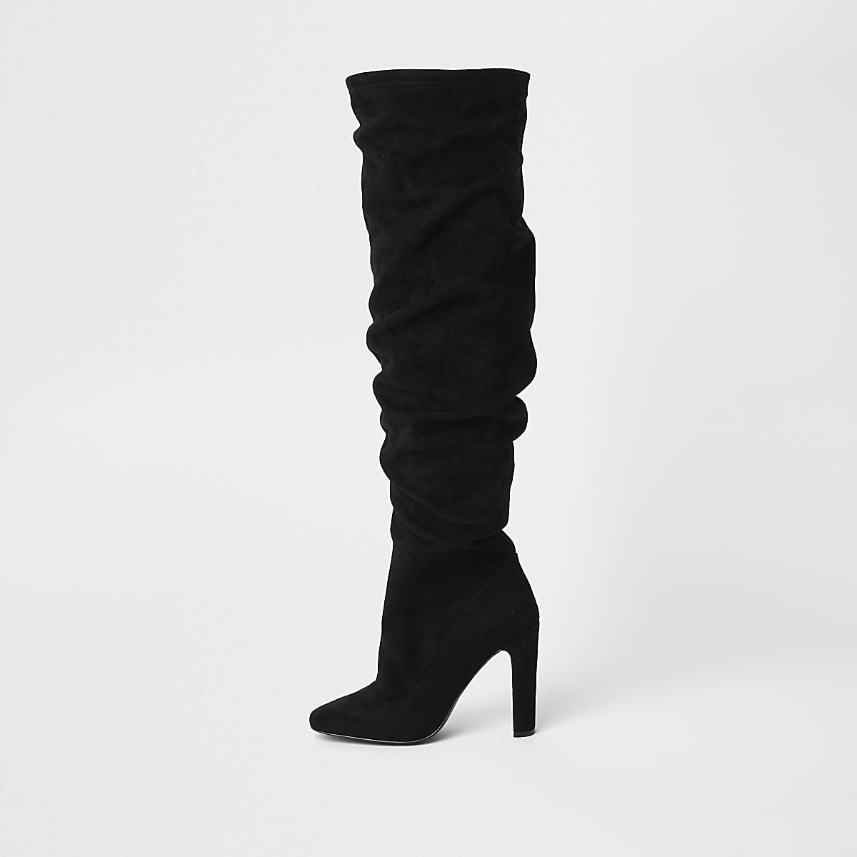 Zwarte ruimvallende laarzen tot over de knie