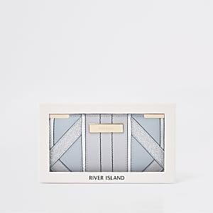 Hellblaue, schmale Geldbörse in Geschenkverpackung