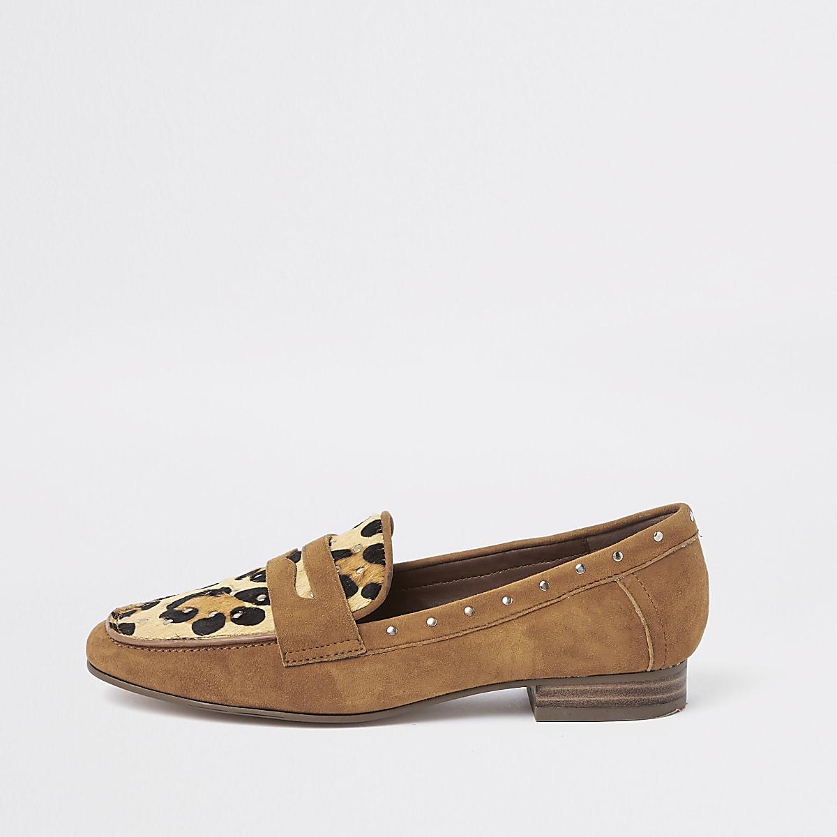 587525db656 Bruine suède loafers met luipaardprint en studs - Schoenen ...