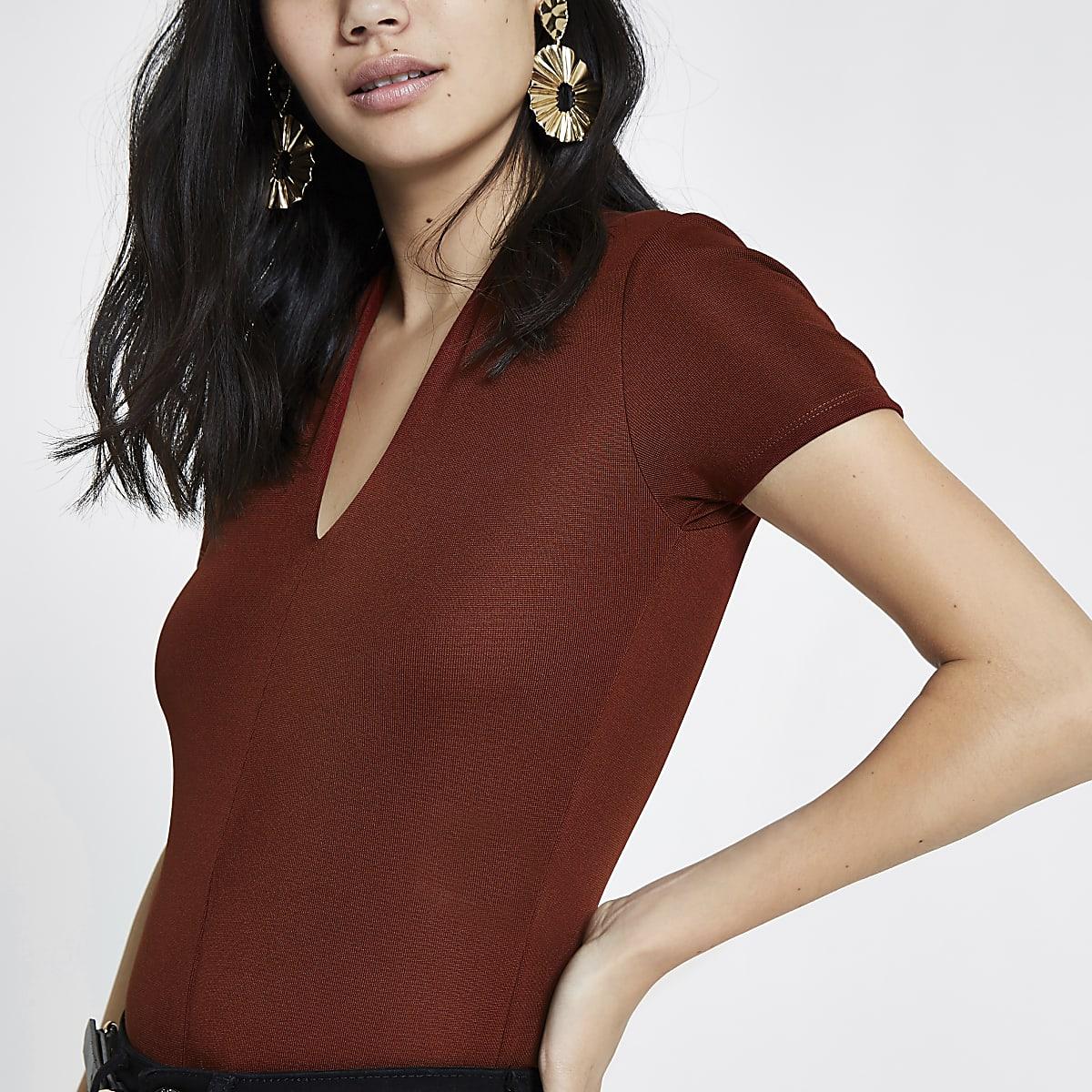 Donkerrode aansluitende body met V-hals