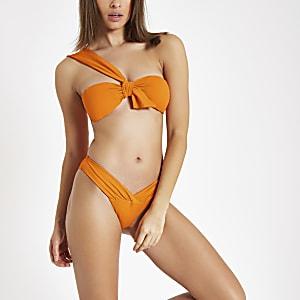 Oranje bikinitop met knoop voor en textuur