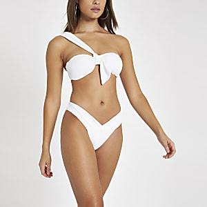 Weiße, strukturierte Bikinihose mit niedrigem Bund