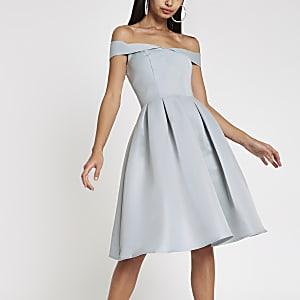 Chi Chi London – Robe de gala bleue à encolure Bardot