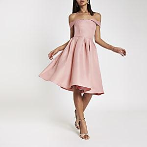 Chi Chi London – Pinkes Ballkleid mit Bardot-Ausschnitt