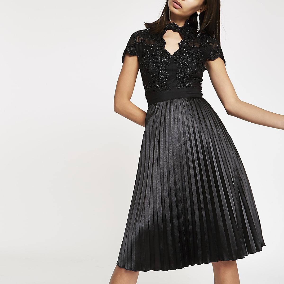 dd3b51789ce7c1 Chi Chi London - Zwarte kanten wijduitlopende jurk - Skaterjurken ...