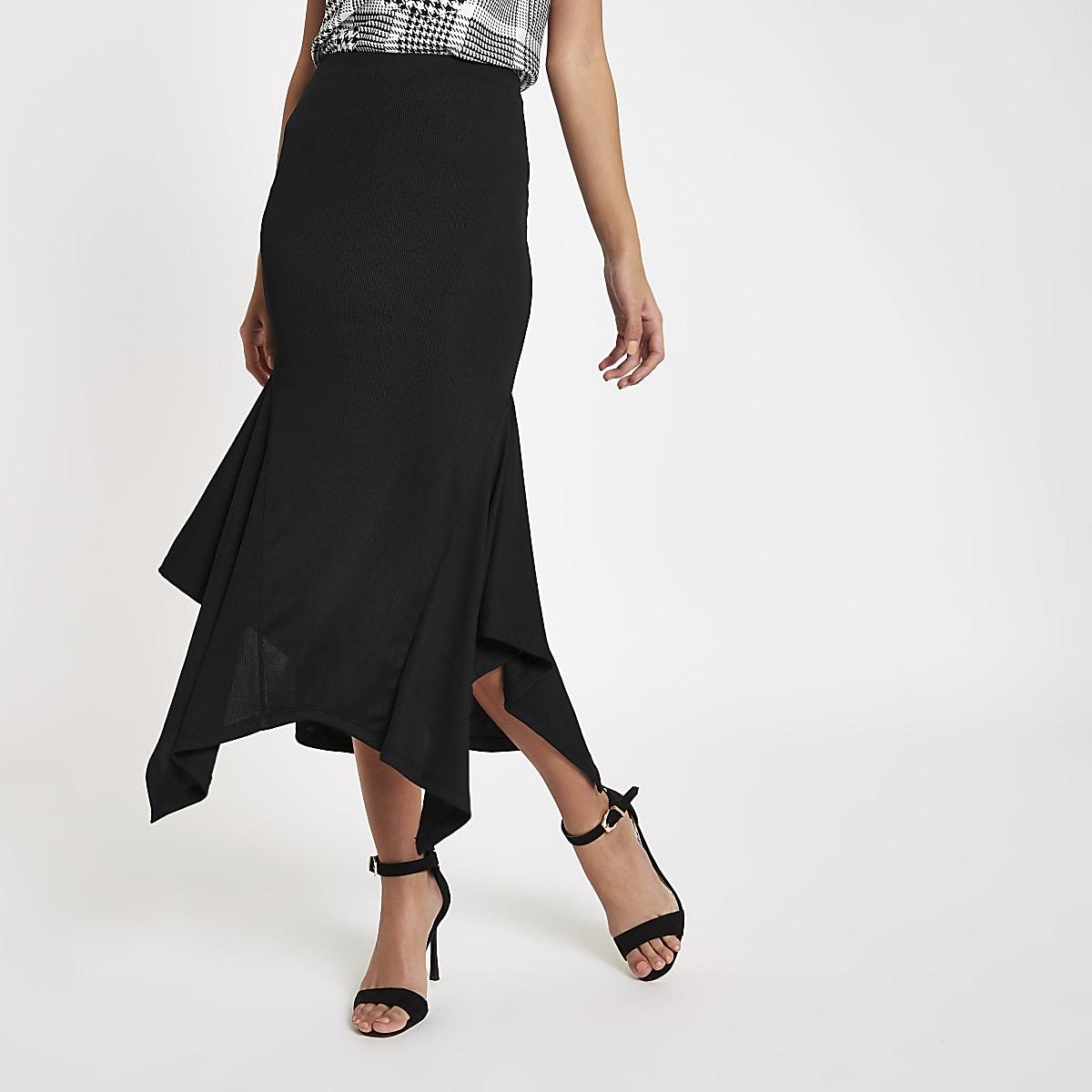 Jupe mi-longue noire côtelée évasée sur les côtés