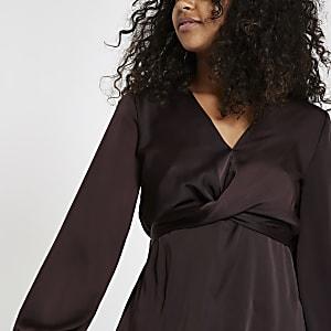 Bordeauxrode blouse met gekruiste bandjes voor en strik op de rug