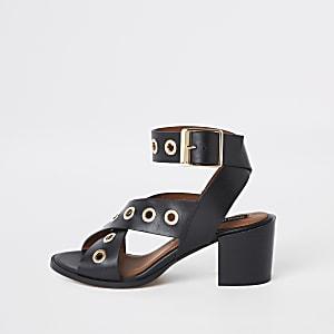 Zwartleren sandalen met oogjes en een blokhak