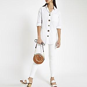 Chemise en coton blanche boutonnée sur le devant