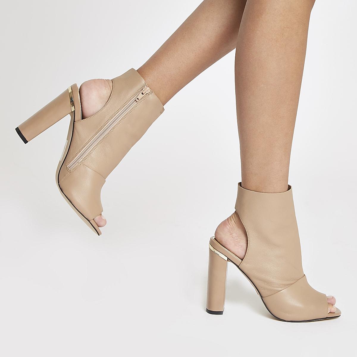 37cf8122259 Bottines ouvertes en cuir rose clair - Bottes - Chaussures   Bottes ...