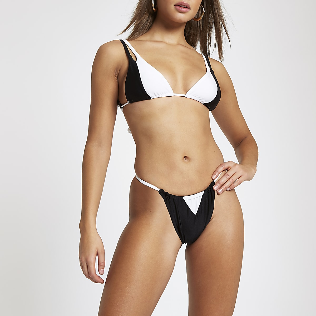 Zwarte triangel-bikinitop met kleurvlakken en strik op de rug