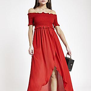 Robe longue rouge froncée à encolure Bardot