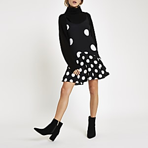 Schwarzes Kleid mit Punkten und Rüschensaum