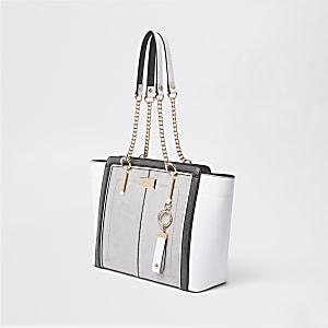 Lichtgrijze handtas met zij-inzetten en ketting