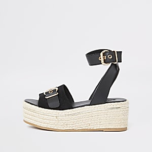 Flache, schwarze Sandalen
