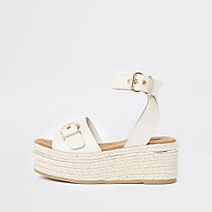 Flache weiße Sandalen