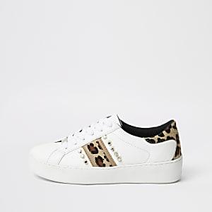 Weiße, nietenverzierte Sneaker mit Leoparden-Print