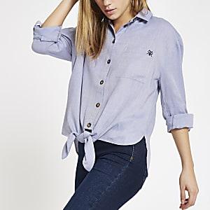 Chemise bleue à manches retroussées noué sur le devant