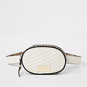 Witte doorgestikte buikriemtas met slangenleerprint